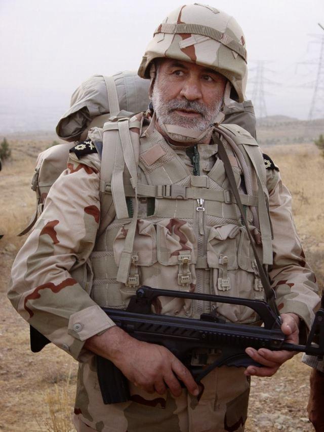 Iran presenta su nuevo fusil de asalto Iranian_army_soldier_armed_with_KH-2002_Kyaybar_Khyber_Iranian-made_bullpup_5-56mm_assault_rifle_640_001
