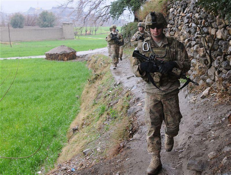 افضل واسوا تموية فى العالم - صفحة 2 US_Army_soldiers_new_combat_army_military_uniforms_multicam_pattern_United_States_American_25