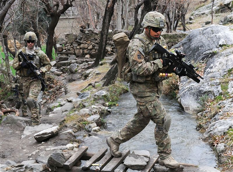 افضل واسوا تموية فى العالم - صفحة 2 US_Army_soldiers_new_combat_army_military_uniforms_multicam_pattern_United_States_American_27