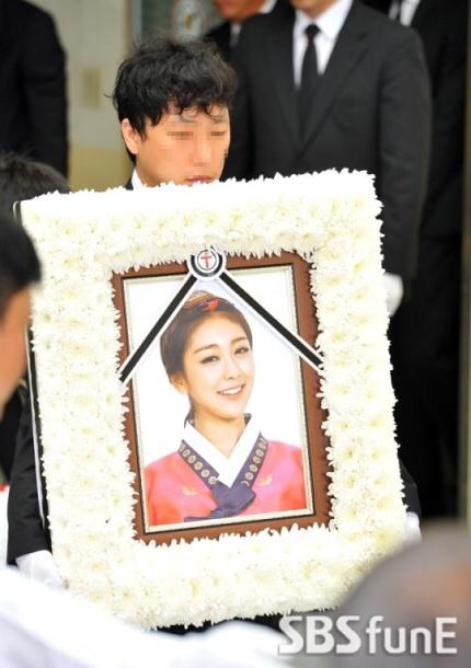 وفاة ريس عضوة فرقة ليديز كود Rise-funeral3