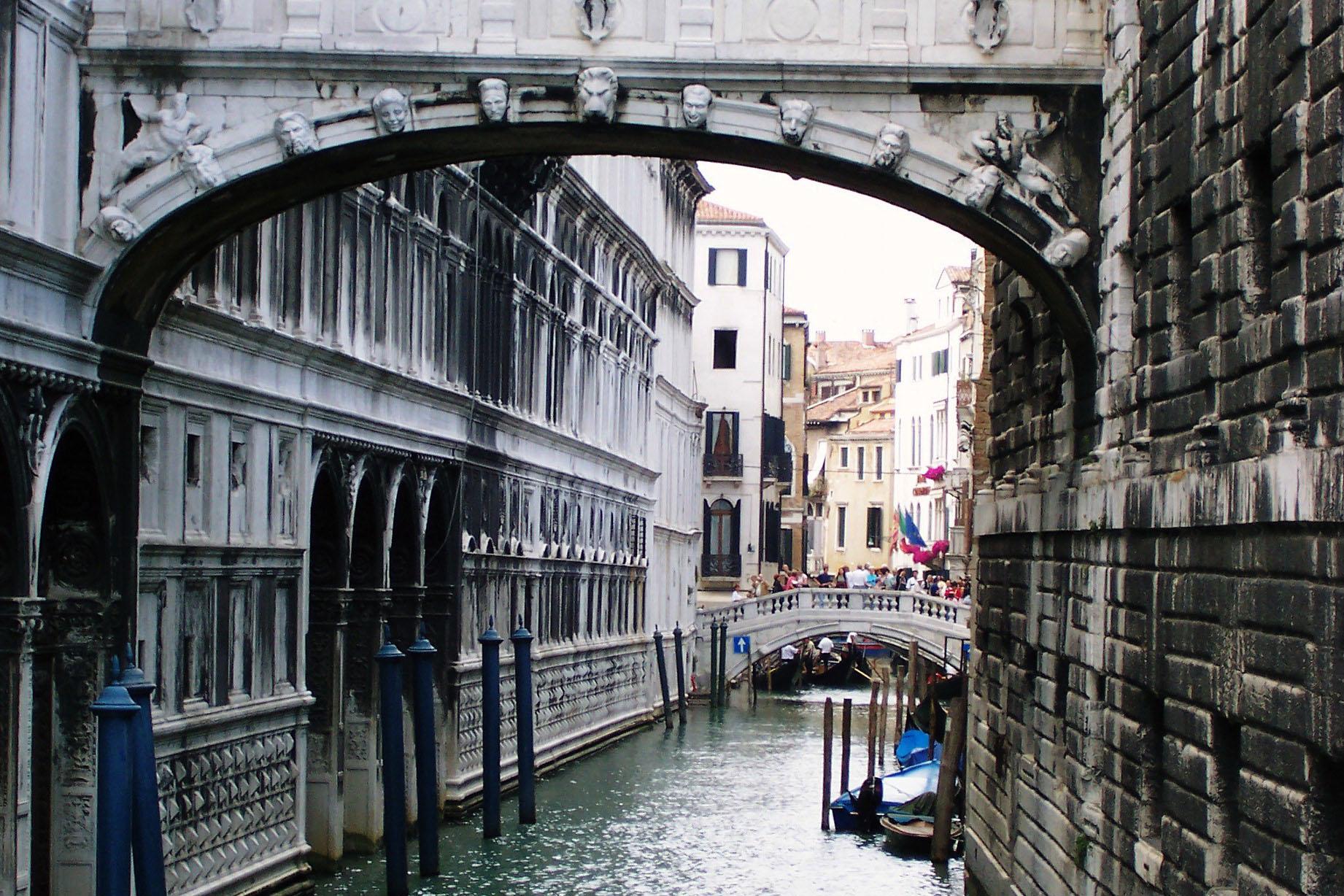 Arhitektura koja spaja ljude - Mostovi The-Ponte-dei-Sospiri-the-Bridge-of-Sighs-Venice-Italy-02