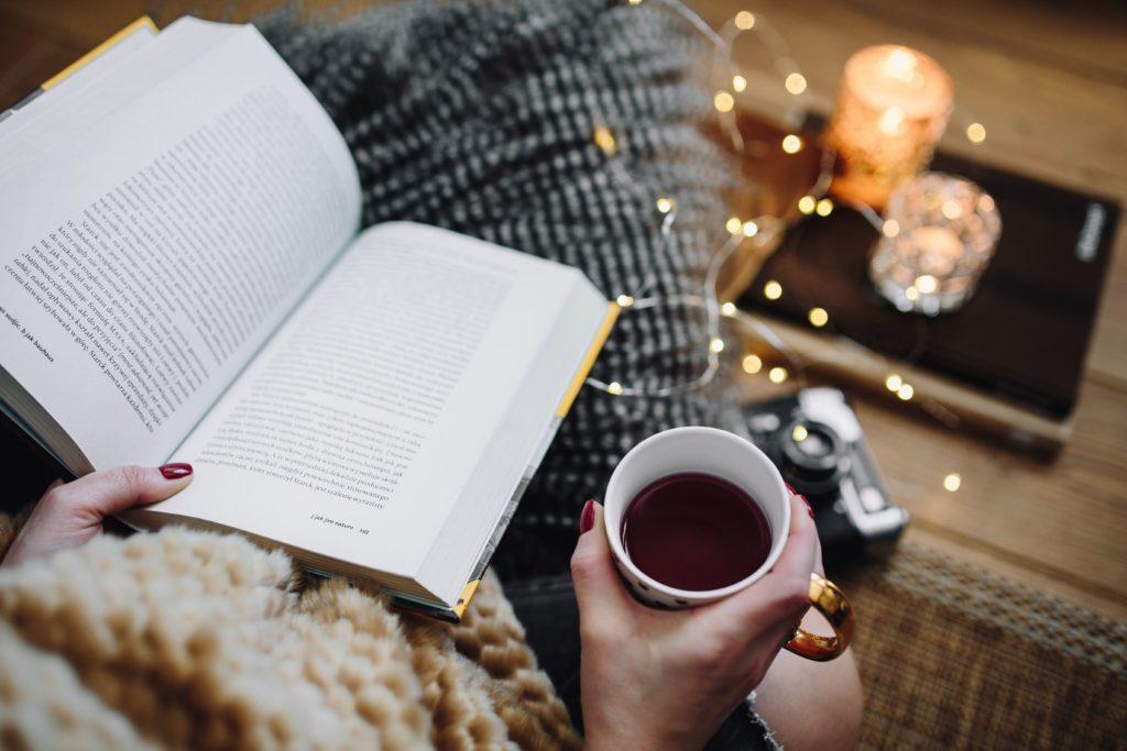 Défi lecture 2019 de Ceylyne Kaboompics_Woman-drinking-tea-and-reading-book-1024x683