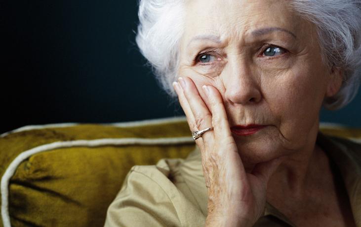 Il nous arrive tous de ne plus avoir le goût de prier : Ne nous décourageons pas ! - Page 2 Sad-thoughtful-senior-woman-mb