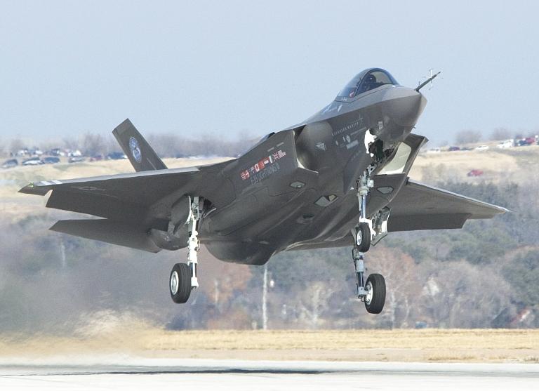 t50/pak fa  ليست شبحيه حتى الان بالتحليل والصور والمصادر  JSF-Proto-AA-1-First-Flight-5