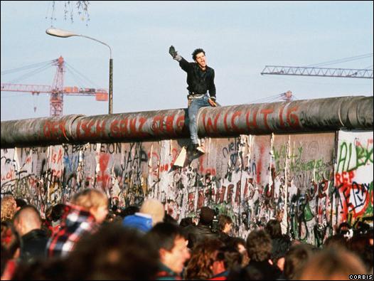 [Historia] 25 años de la caida del muro  3919671a97d78e9c8a97c0ca534fe06bb1778e99