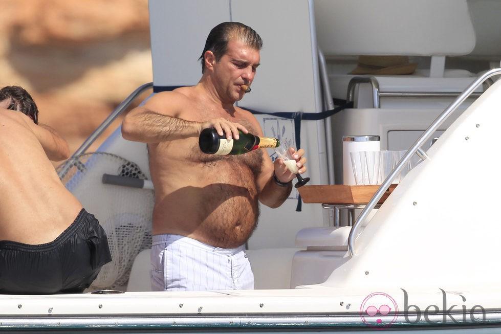 SIGUEN LAS CAMINATAS  2408_joan-laporta-se-sirve-champan-frances-durante-sus-vacaciones-en-formentera