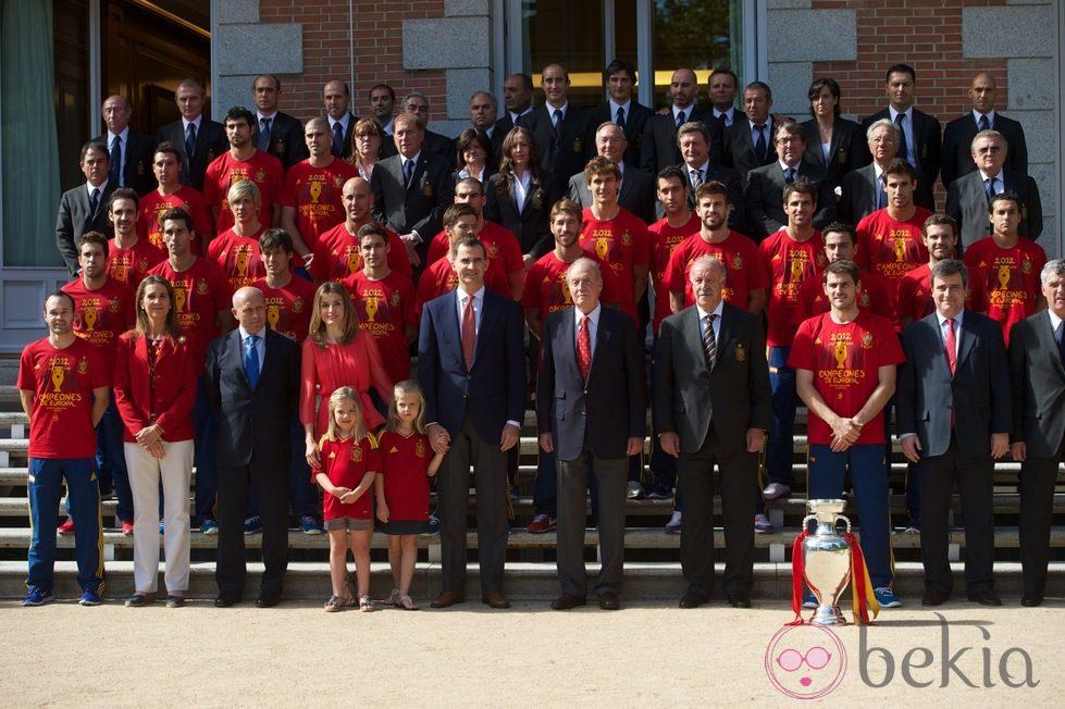 ¿Cuánto mide la Infanta Elena de Borbón? - Altura 24268_familia-real-posa-seleccion-espanola-zarzuela