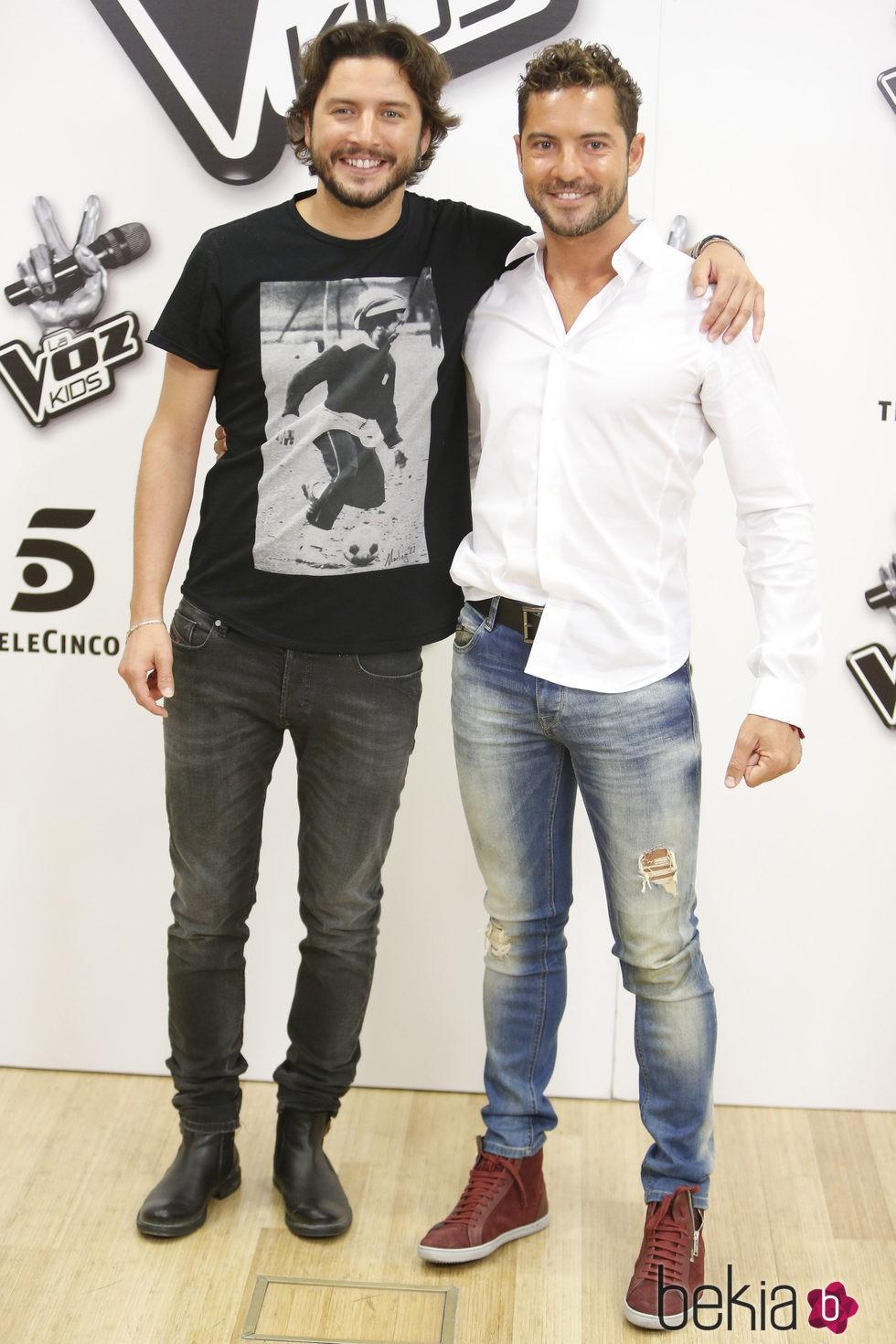 ¿Cuánto mide David Bisbal? - Altura real: 1,73 - Real height 78588_manuel-carrasco-david-bisbal-presentacion-la-voz-kids-2