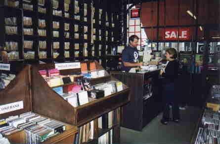 Una especie en extinción: Tiendas de CDs - Página 2 Front_of_shop_upstairs