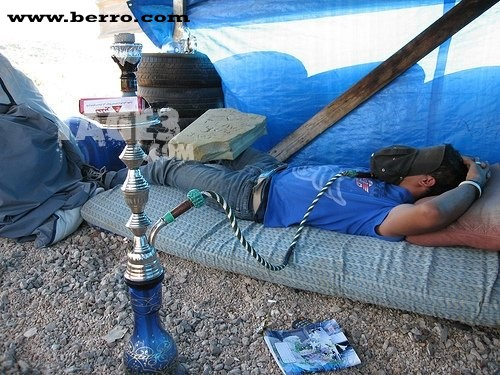 ΑΡΡΩΣΤΙΑ Lebanese_man_smoking_hoookah_argillah_while_sleeping
