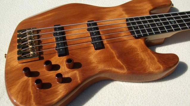 """Jazz Bass de Kauri - Feito com Madeira de """"50.000 Anos de Idade"""" Cover3-638x357"""