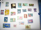Anfänger bekommt eine Box Briefmarken in die Finger 6v7w-8j