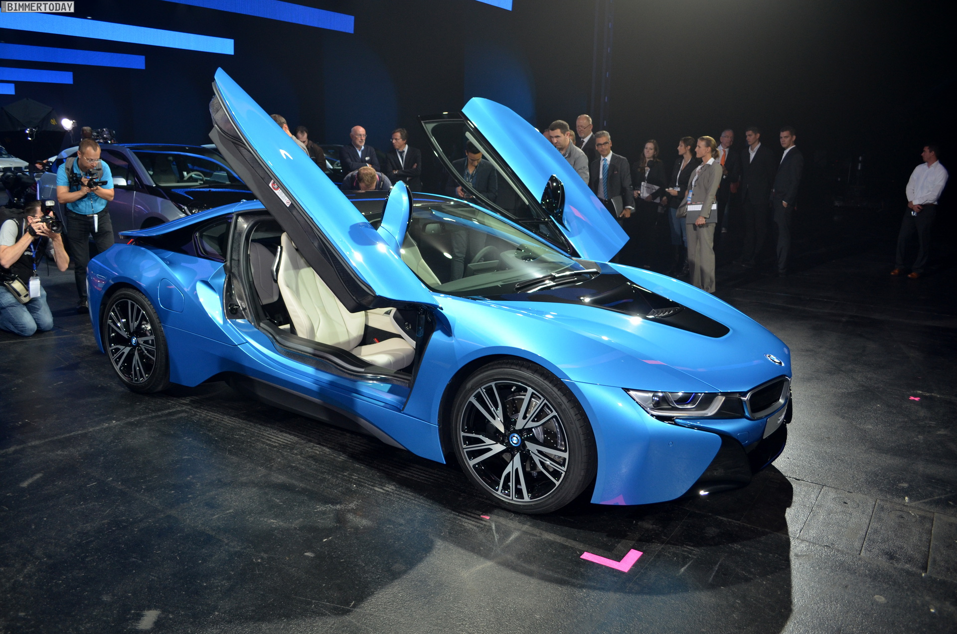 2013 - [BMW] i8 [i12] - Page 13 BMW-i8-Hybrid-eDrive-Weltpremiere-Protonic-Blue-IAA-2013-LIVE-01