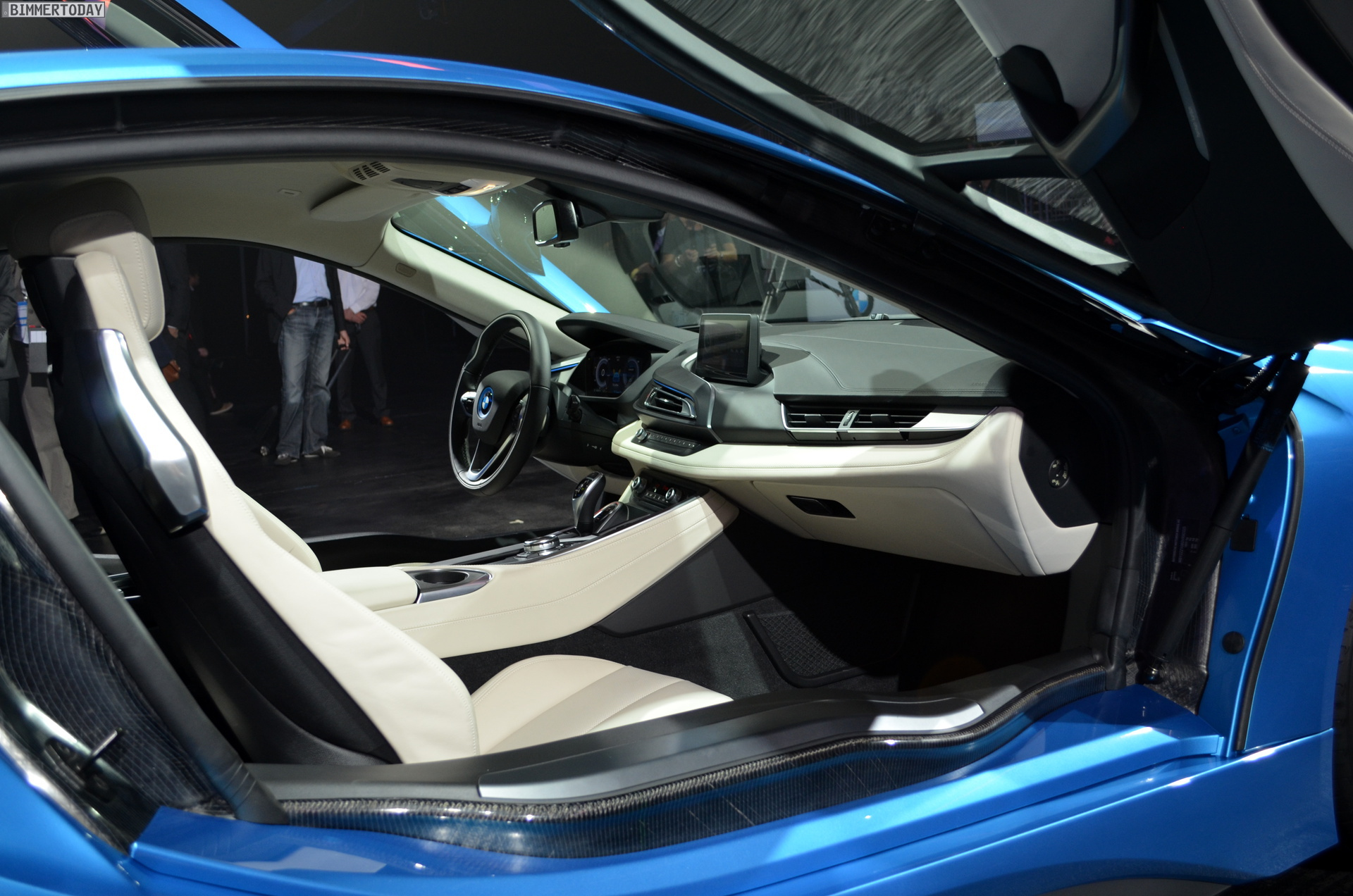2013 - [BMW] i8 [i12] - Page 13 BMW-i8-Hybrid-eDrive-Weltpremiere-Protonic-Blue-IAA-2013-LIVE-21