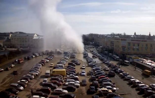 Massive hot water geyser erupts in parking lot in Russia Posted on April 19, 2013 Russian-geyser-628
