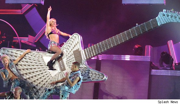 Britney Spears em Portugal 9 de Novembro 2011 - Página 2 Britney-main-590km0617