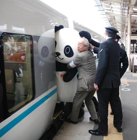 humor graficos,caricaturas,fotos curiosas Oso-panda-gigante-en-el-tren