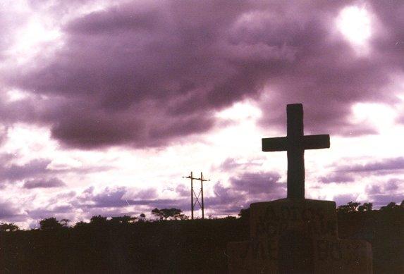 VIBRANDO EN MI PROPIA MUERTE Suarez_cementerio