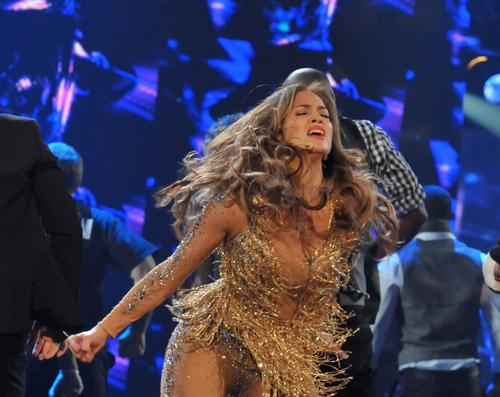 ~News Jennifer-Lopez-performs-at-the-39th-Annual-American-Music-Awards-06