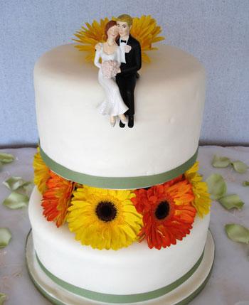 மீனு தரும் wedding cakes. - Page 2 Couple-on-wedding-cake