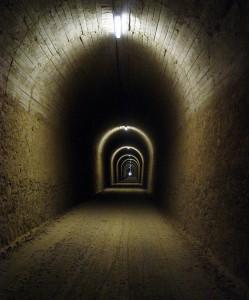 Тунела водещ към лагера Tunel-249x300