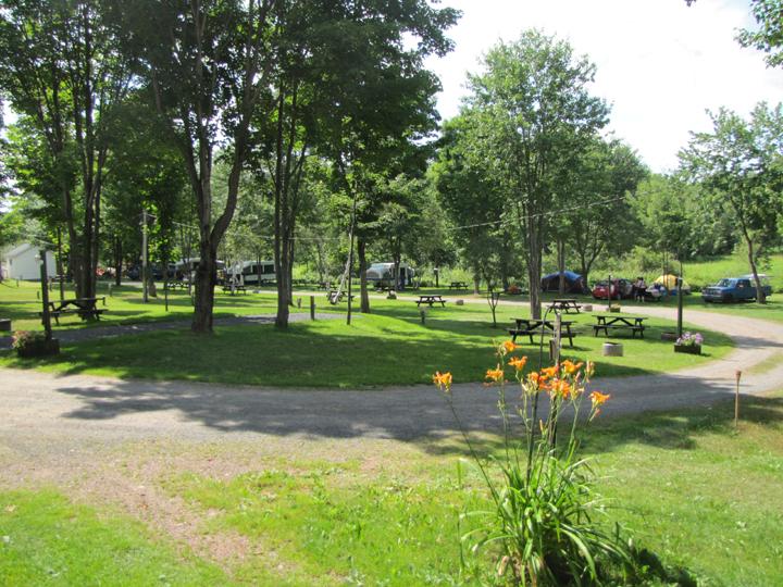 Camping au sous-bois du Campeur (St-Nicolas) Terrain-2services