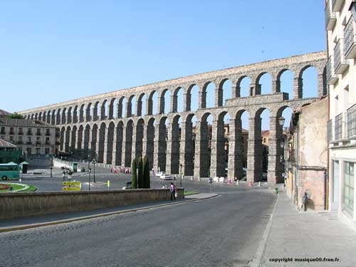 Aqueducs ... Espagne-segovie-aqueduc-romain-gf