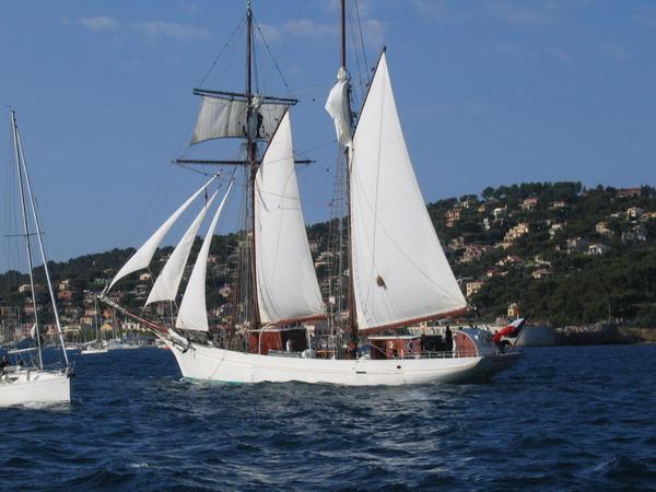 Départ des voiliers de Toulon pour la parade. 070727110726917043