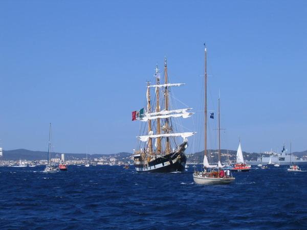 Départ des voiliers de Toulon pour la parade. 070727111621917087
