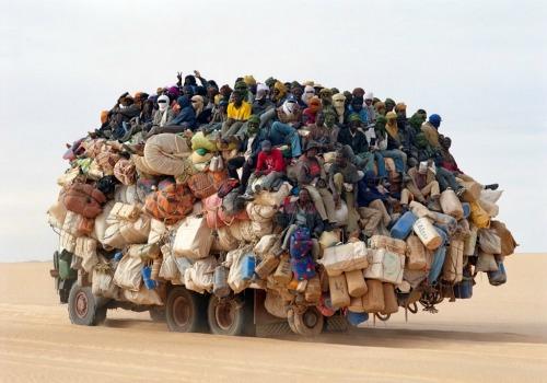 [Jeu] Suite d'images !  - Page 6 Camion-surchage-afrique