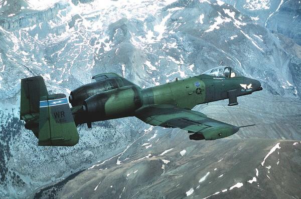 Fairchild Republic A-10 Thunderbolt II  (Avión monoplaza de apoyo cercano y de ataque al suelo)  - Página 2 A-10A_91st_TFS_in_flight_1987-600x397