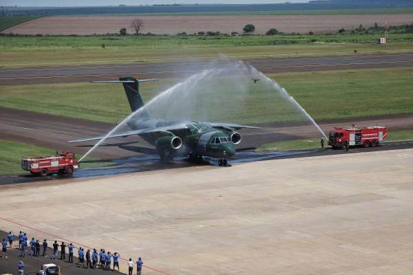 Embraer KC-390 (avión de transporte de tamaño mediano ) 1_KC-390_Baptism_02-600x400