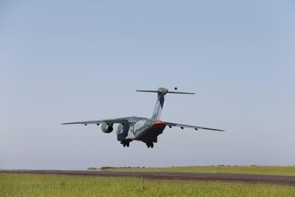 Embraer KC-390 (avión de transporte de tamaño mediano ) 1_KC-390_Take_Off_03-600x400