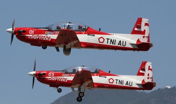 aeronaves - [Internacional] Colisão de aeronaves em pleno ar, nos preparativos para a feira aeronáutica LIMA'15, na Malásia CAHz3RLVAAETNWj-600x356