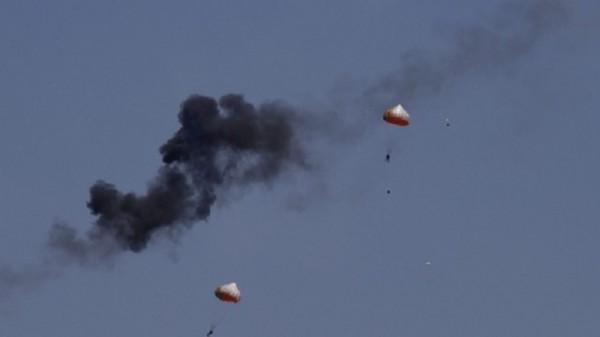 aeronaves - [Internacional] Colisão de aeronaves em pleno ar, nos preparativos para a feira aeronáutica LIMA'15, na Malásia Jupiter-Safe_ejected_pilotsA-15mar2015-600x337