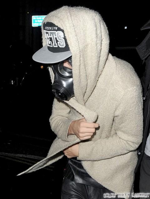 Justin Bieber copia MJ indossando una mascherina in pubblico - Pagina 3 FFN_FlynetUK_Bieber_Justin_030613_51031960