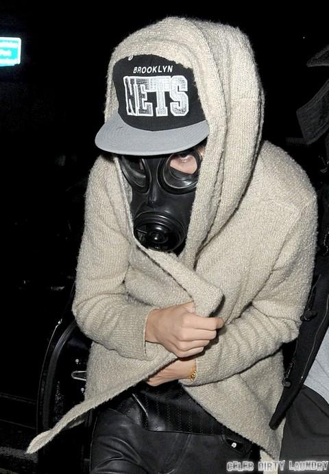 Justin Bieber copia MJ indossando una mascherina in pubblico - Pagina 3 Justin_bieber_gas_mask