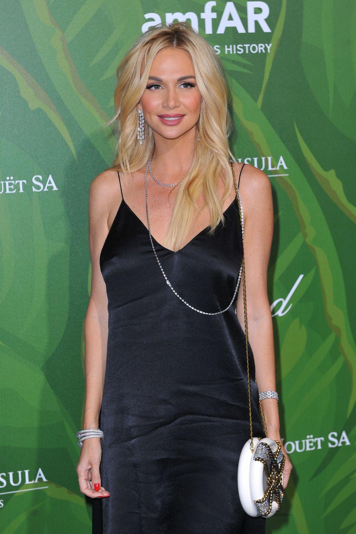 ¿Cuánto mide Victoria Lopyreva? - Real height Victoria-lopyreva-at-amfar-paris-dinner-7