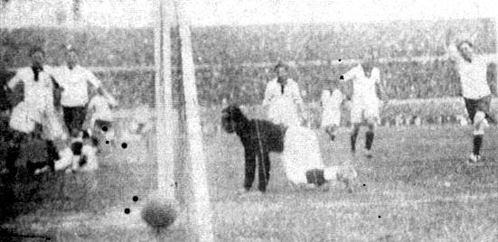 Selección Uruguaya de Fútbol - Página 2 Primer-Gol-de-Uruguay-en-el-centenario