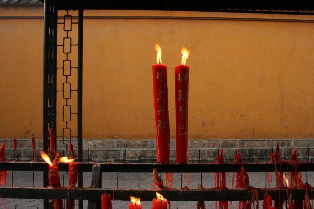 Images de Bienêtre - Page 4 Bougies-dans-un-temple-bouddhiste_1209806599