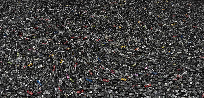 El consumismo masivo del ser humano en imágenes Cellphones2