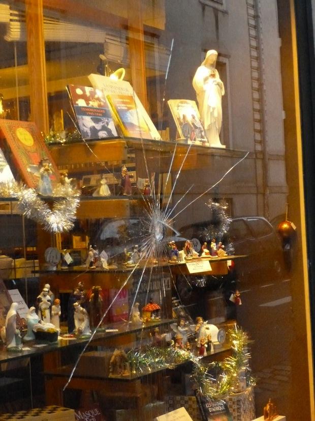 Nantes: librairie catholique vandalisée Dobree-vitrine