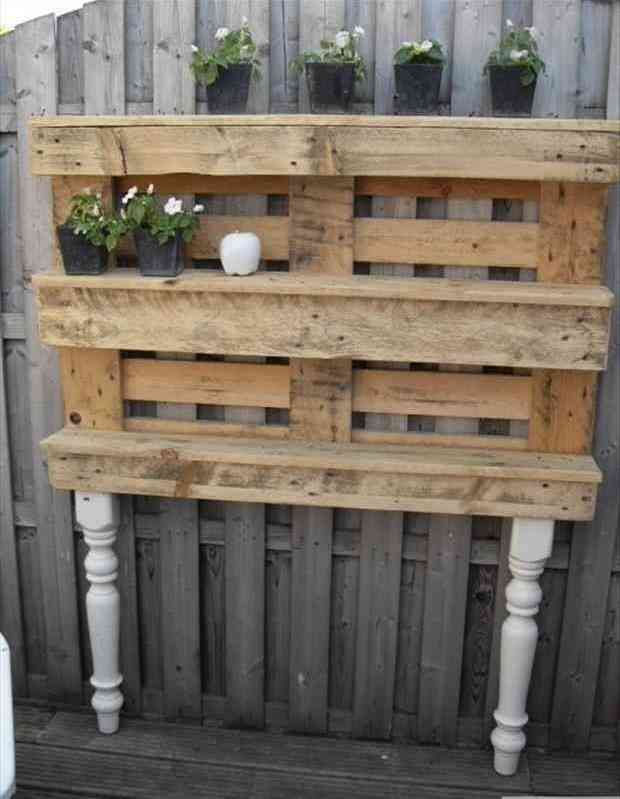 Recyclage de divers objets - Page 2 Recycler-palette-bois-en-etagere-jardin