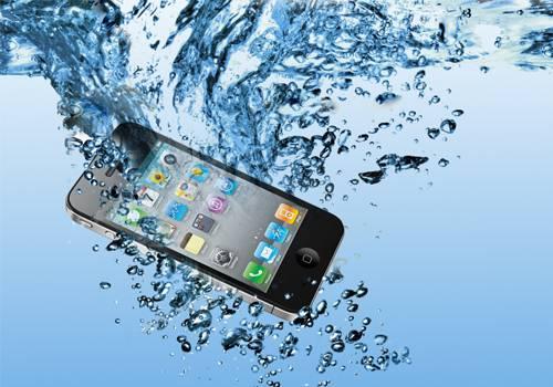 ماذا سأفعل لو سقط هاتفي المحمول في الماء ؟  How-to-Protect-Your-Phone-from-Water-Damage