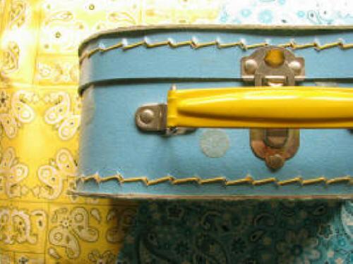 PROGETTO IDENTITà Happy_blue_suitcase_-jek_in_the_box