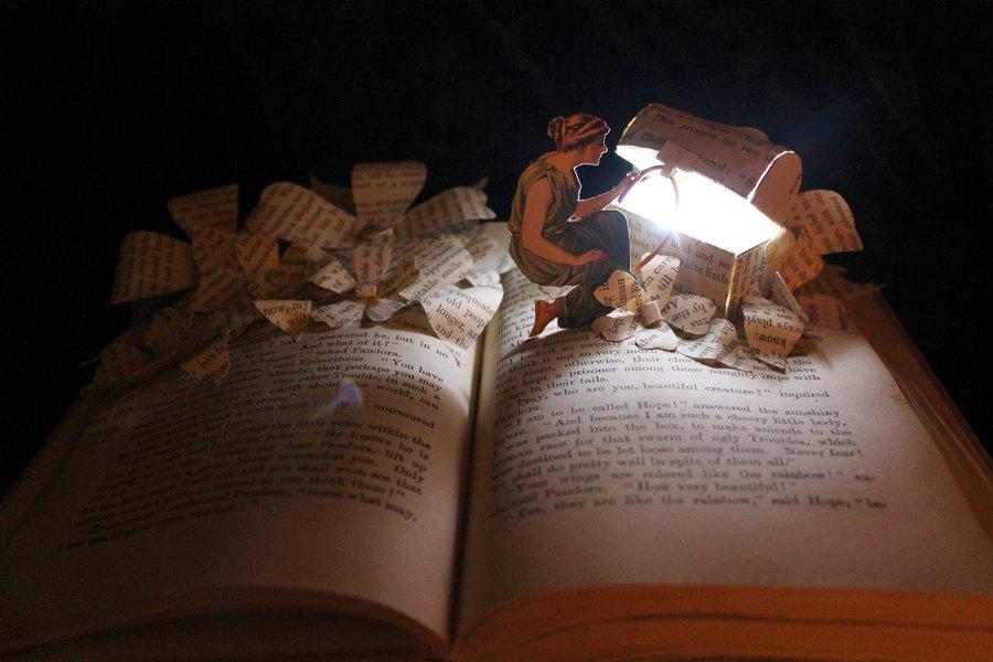 Mi cofre magico Libro-figura-abriendo-cofre-de-papel