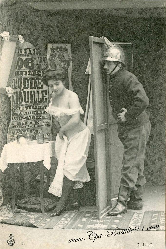 Evolution du casque de pompier FR 1812-2015 Carte-postale-ancienne-Pompier-et-femme-0394