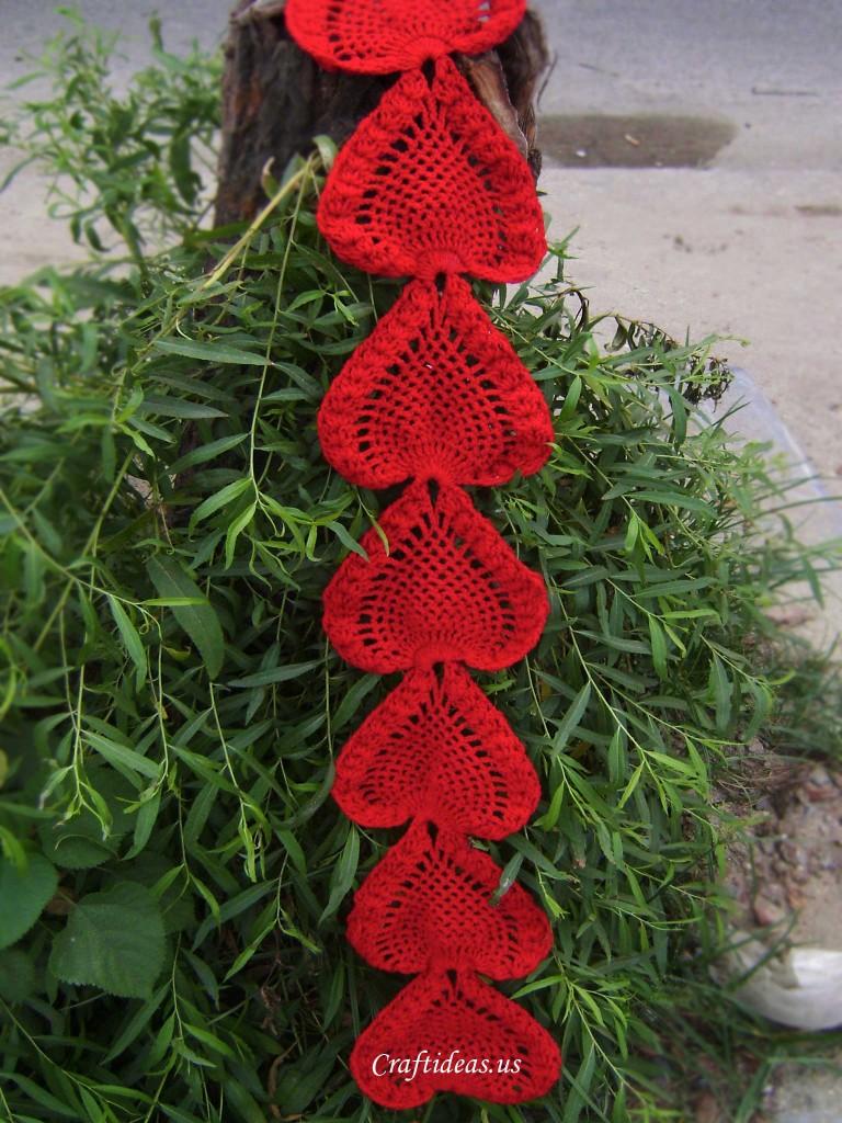 cho em xin chart đan hoặc móc hoa văn  trái tim Crochet-heart-scarf-768x1024
