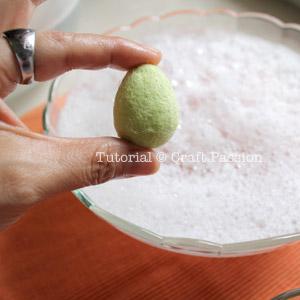 Сувениры к Пасхе - Страница 3 Wet-felting-egg-9