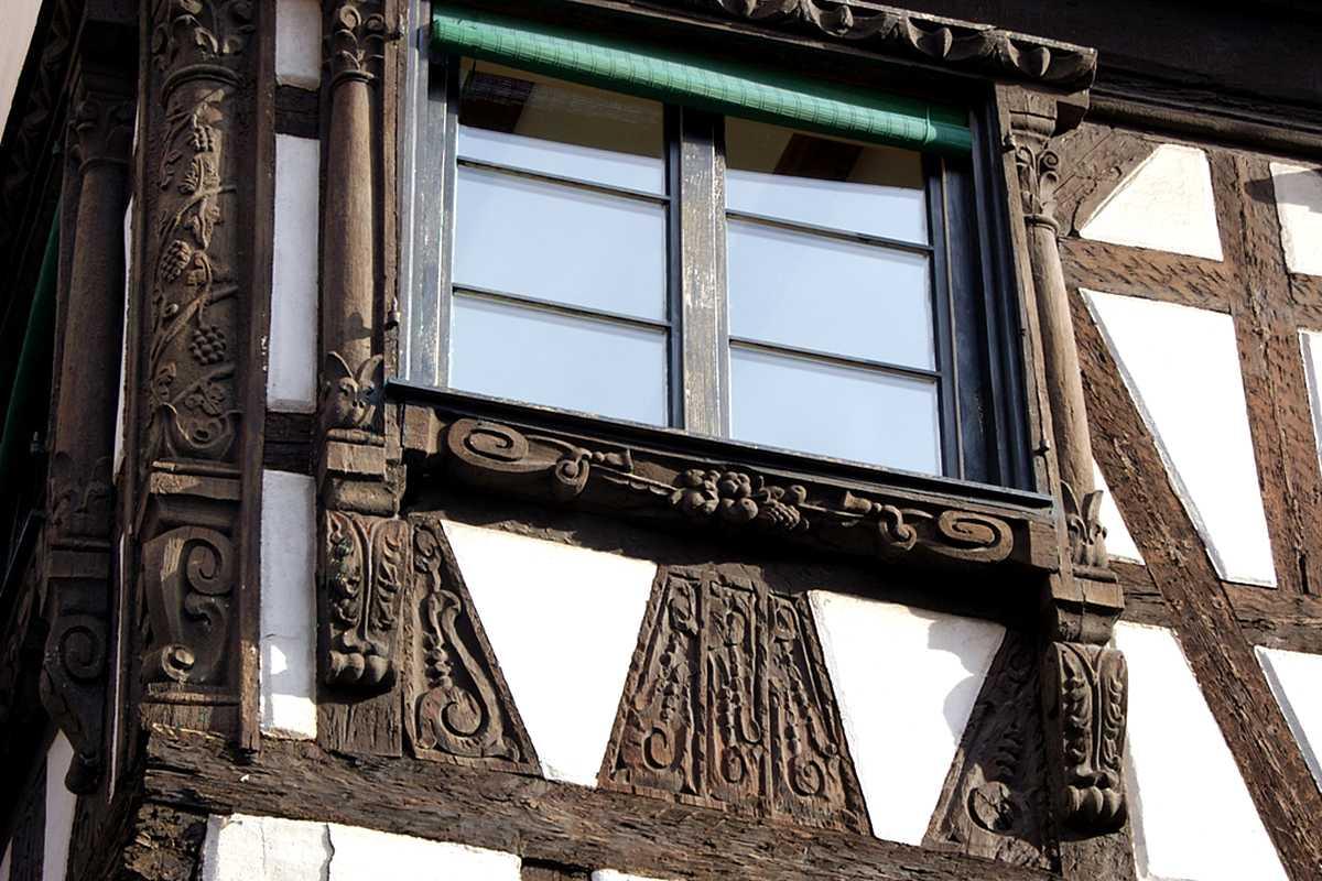 Des fenêtres d'hier et d'aujourd'hui. Linteau